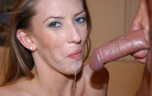 Hübsche Milf mit sehr viel Sperma im Gesicht